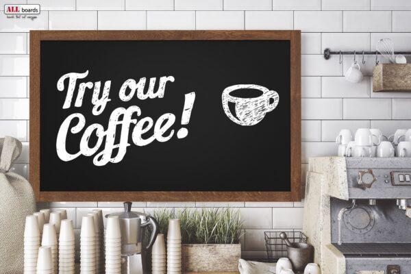 Must kriiditahvel värvitud puitraam kohvikus