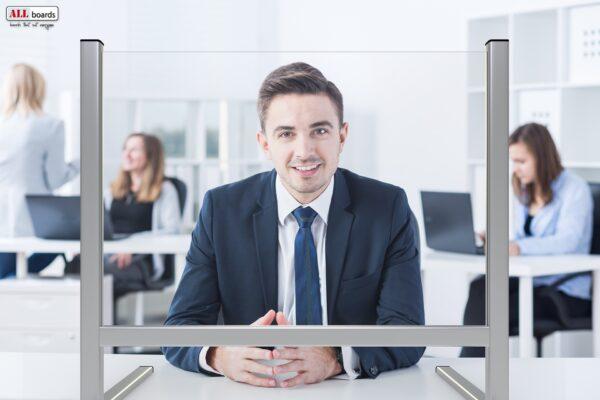 Pleksiklaasist vahesein konsultandi ees
