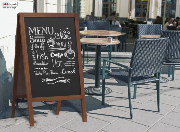 Must kriiditahvel jalgadel kohviku reklaamiks