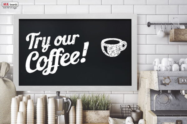 Hall, minimalistilik kohvik, kohvimasin, kriiditahvlil reklaamitav informatsioon